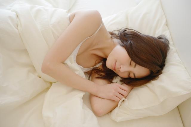 規則正しい生活、良質な睡眠がバストアップにつながるかも!?