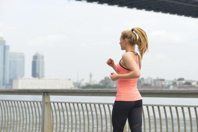 激しい運動をする時には、スポーツブラなどをつけましょう!